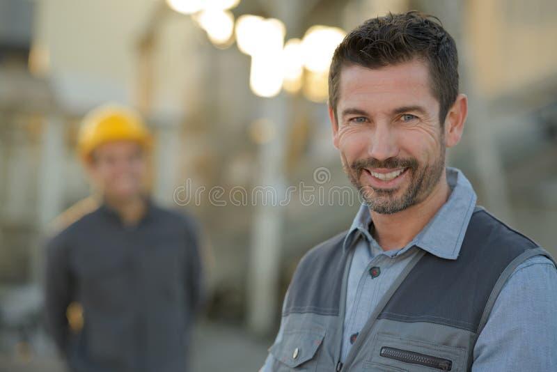 Trabalhador considerável feliz de sorriso do armazém fotografia de stock