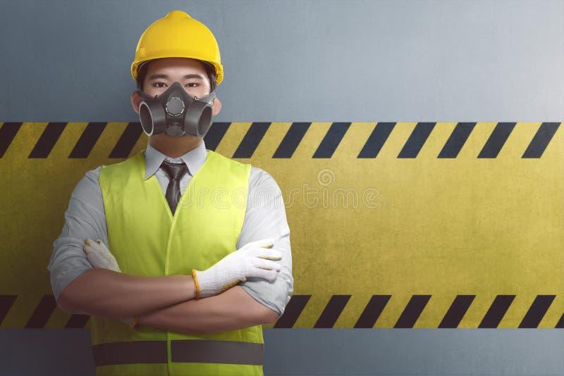 Trabalhador da construção asiático novo com posição cruzada do braço fotos de stock royalty free