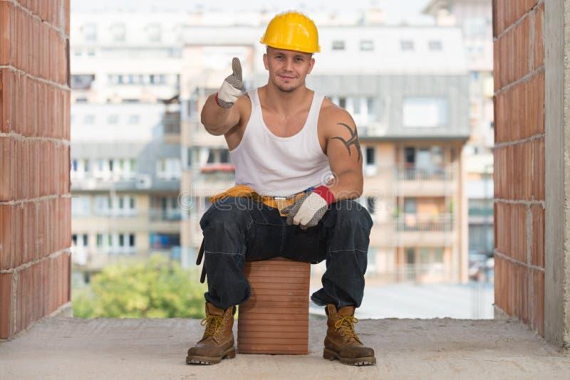 Trabalhador da construção caucasiano feliz Giving Thumb Up imagens de stock royalty free