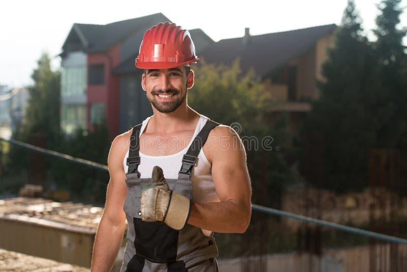 Trabalhador da construção caucasiano feliz Giving Thumb Up fotografia de stock royalty free
