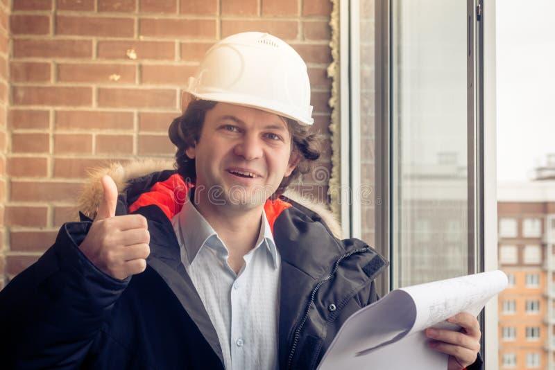 Trabalhador da construção caucasiano feliz Giving Thumb Up Foco macio, tonificado foto de stock royalty free