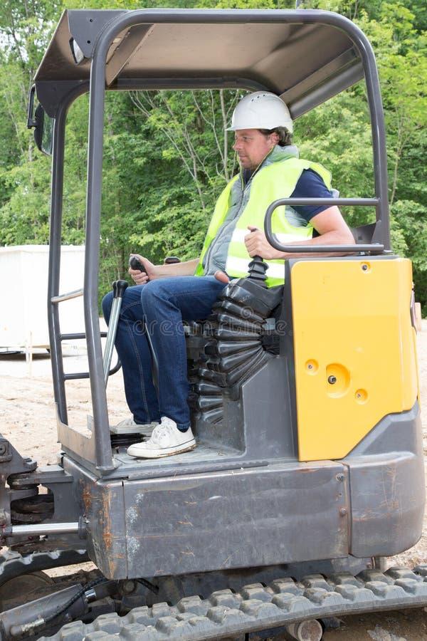 Trabalhador da construção com caminhão de empilhadeira fotografia de stock royalty free