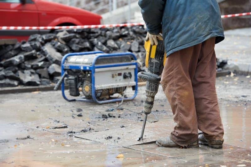 Trabalhador da construção com perfurador imagens de stock royalty free