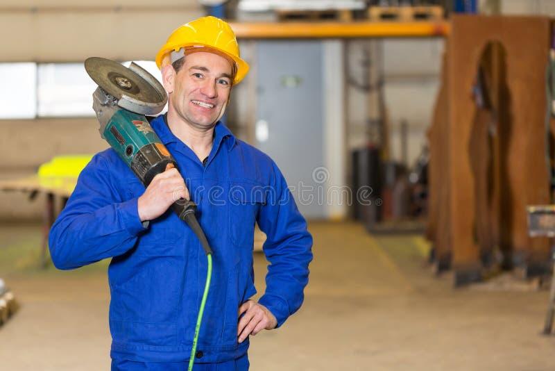 Trabalhador da construção de aço que levanta com moedor de ângulo imagem de stock royalty free