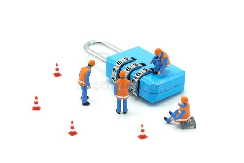 Trabalhador da construção diminuto Security Key Repair dos povos e o tratamento do precioso no fundo branco usando-se como o back imagem de stock