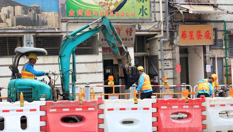 Trabalhador da construção e escavadora foto de stock