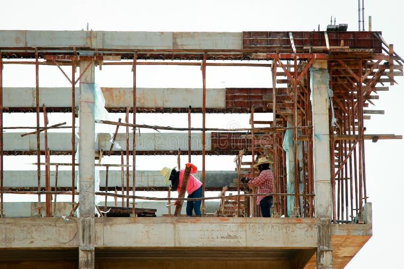 Trabalhador da construção em um andaime imagens de stock
