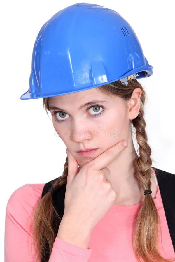 Trabalhador da construção fêmea pensativo. foto de stock