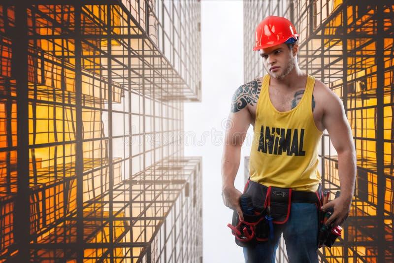 Trabalhador da construção forte da construção na perspectiva das estruturas mutallic fotos de stock royalty free