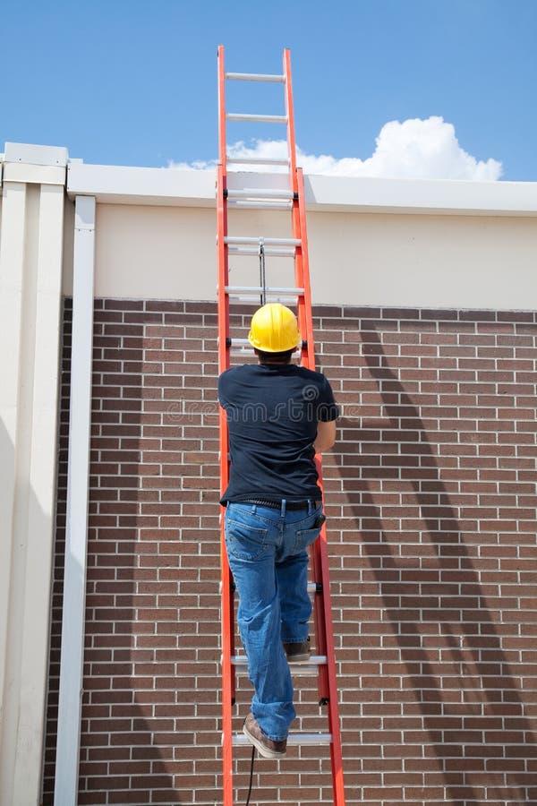 Trabalhador da construção na escada fotografia de stock