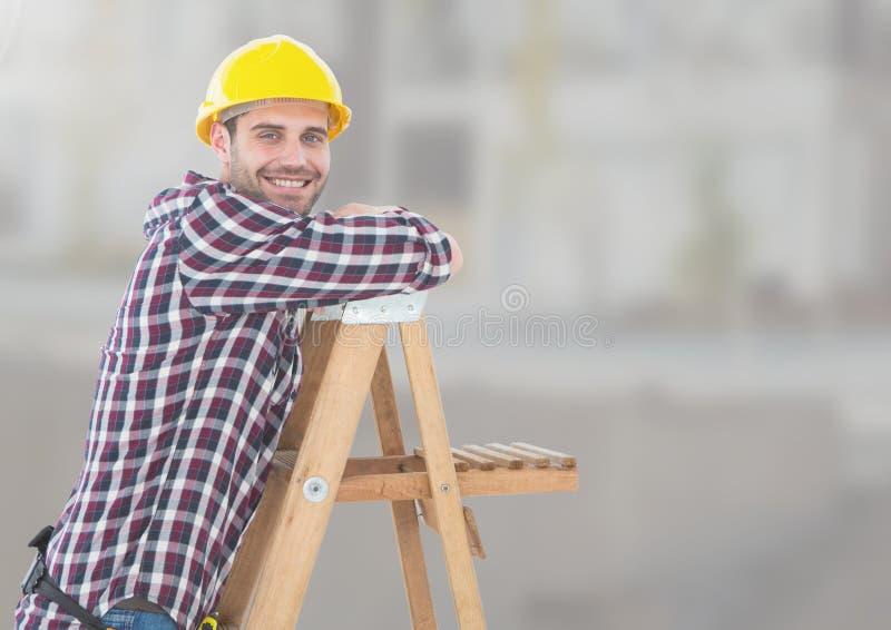 Trabalhador da construção na escada na frente do canteiro de obras imagens de stock