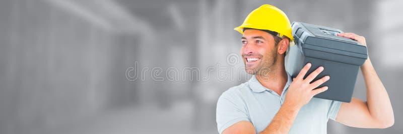 Trabalhador da construção no terreno de construção que guarda a caixa de ferramentas fotografia de stock royalty free