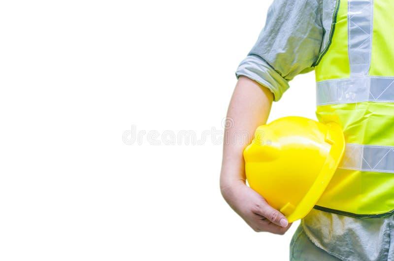 Trabalhador da construção que guarda o capacete de segurança com fundo branco foto de stock