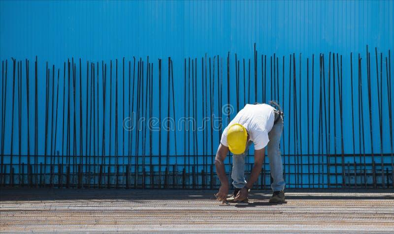 Trabalhador da construção que instala fios obrigatórios fotografia de stock