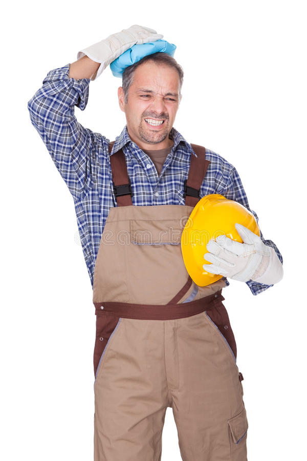 Trabalhador da construção que sofre com dor de cabeça fotografia de stock