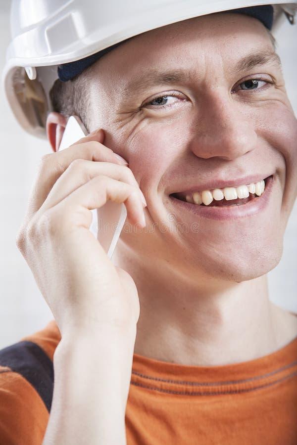 Trabalhador da construção que usa o telefone celular imagem de stock royalty free