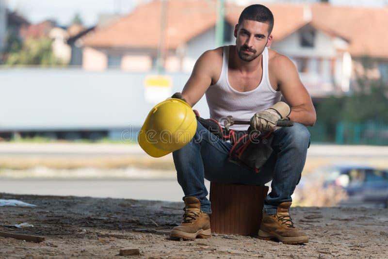 Trabalhador da construção Taking uma ruptura no trabalho foto de stock