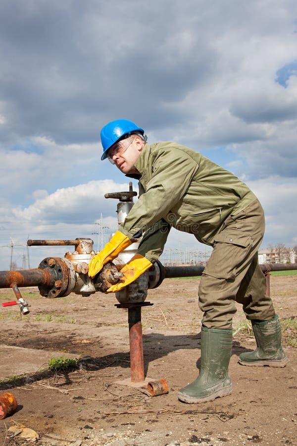 Trabalhador da empresa petrolífera no poço foto de stock