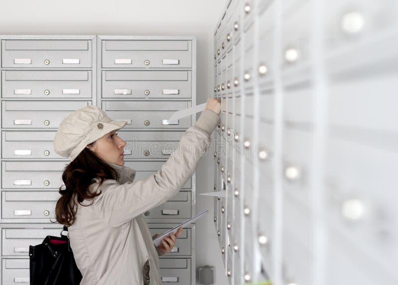 Trabalhador da entrega postal fotografia de stock royalty free