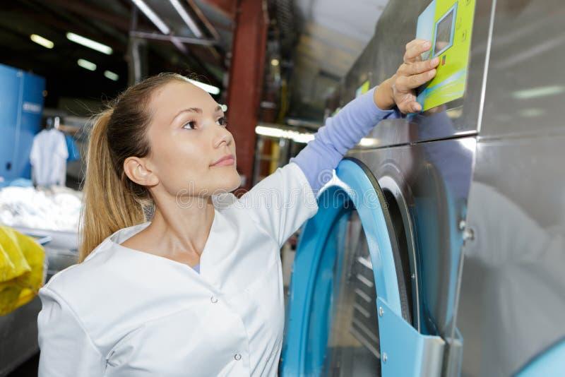 Trabalhador da lavanderia da mulher do retrato em líquidos de limpeza secos fotos de stock