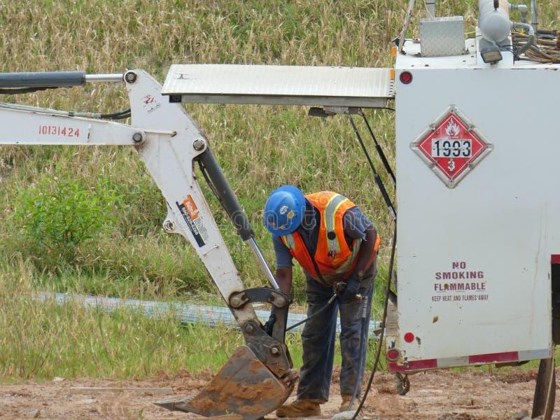 Trabalhador da manutenção de equipamento da construção da estrada imagens de stock royalty free