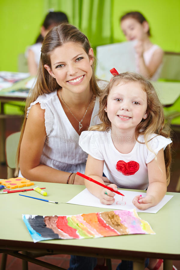 Trabalhador da puericultura com menina fotografia de stock royalty free