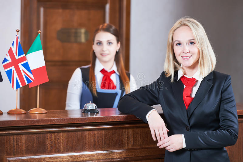 Trabalhador da recepção do hotel imagens de stock