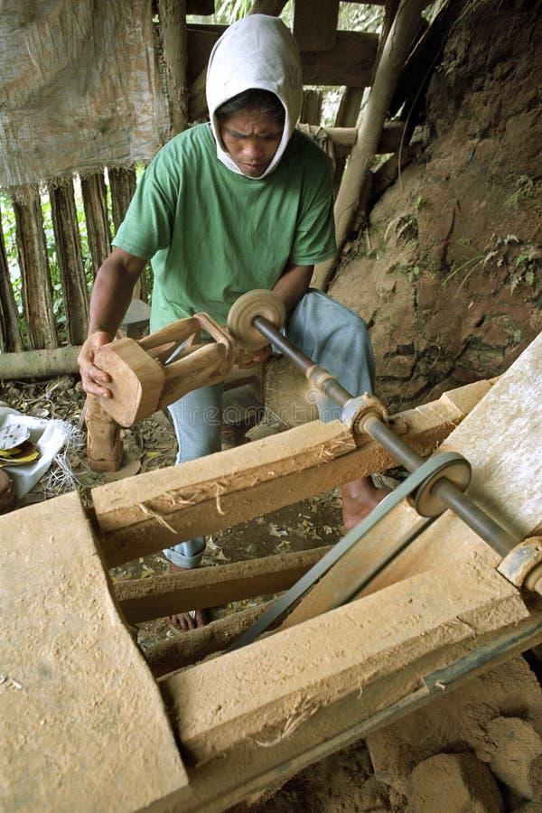 Trabalhador de cinzeladura filipino que trabalha para a indústria do turismo fotos de stock