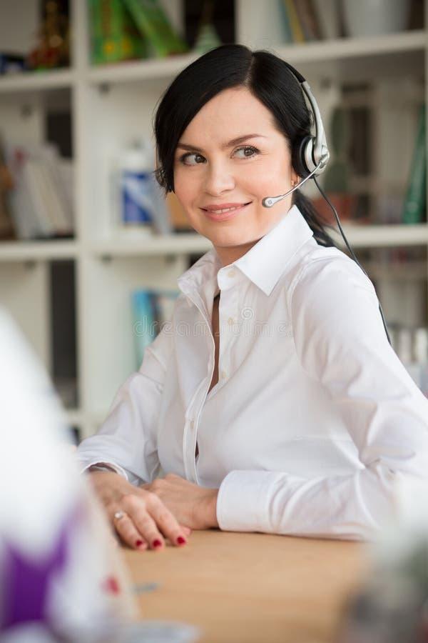 Trabalhador de colar branco no escritório imagens de stock royalty free