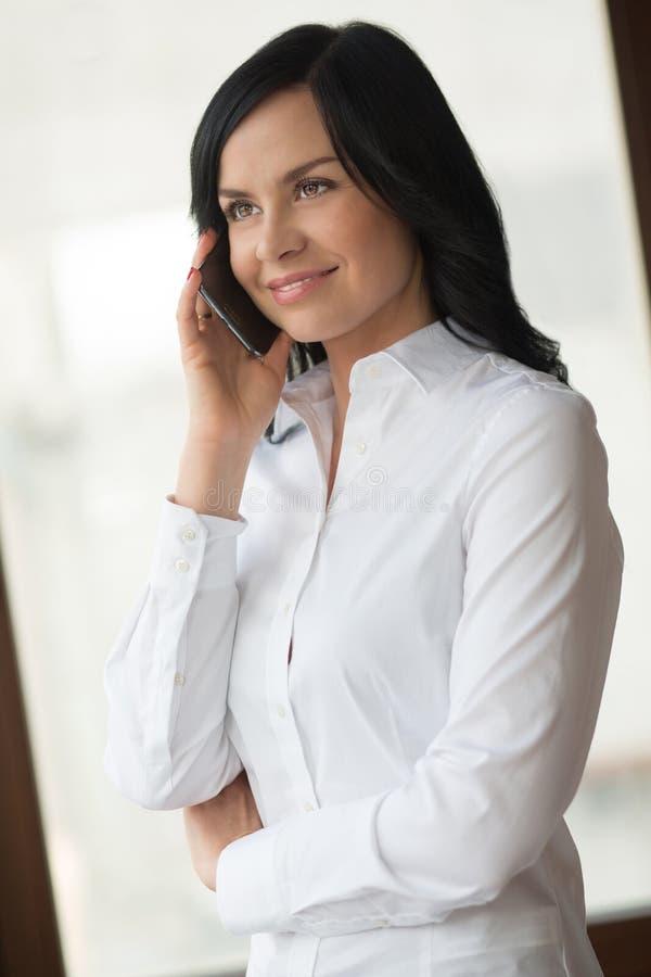 Trabalhador de colar branco no escritório fotos de stock