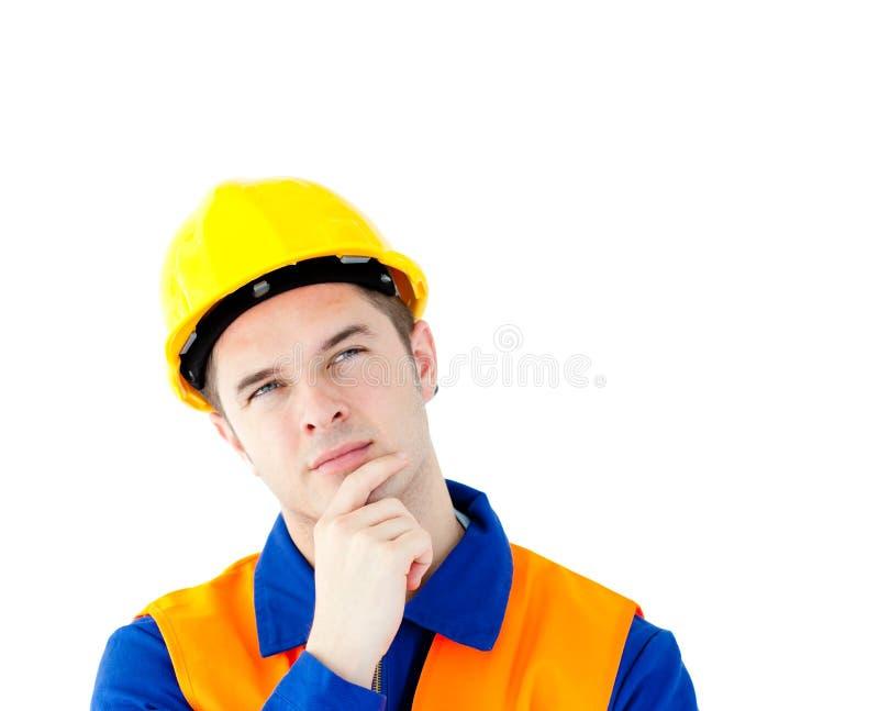 Trabalhador de colar branco pensativo com um capacete de segurança foto de stock