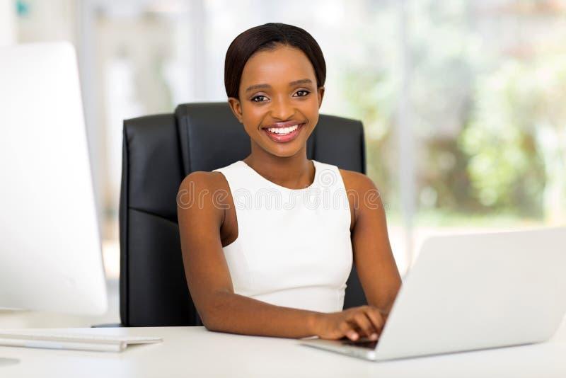 Trabalhador de escritório africano foto de stock royalty free