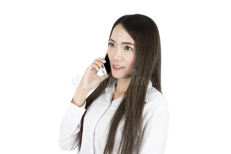 Trabalhador de escritório asiático da mulher de negócio que comunica-se com o telefone celular fotos de stock