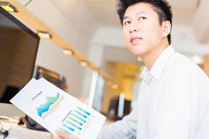 Trabalhador de escritório asiático novo com cartas imagem de stock royalty free