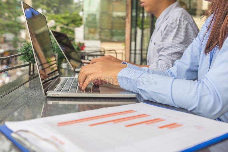 Trabalhador de escritório asiático novo que trabalha no portátil fotos de stock