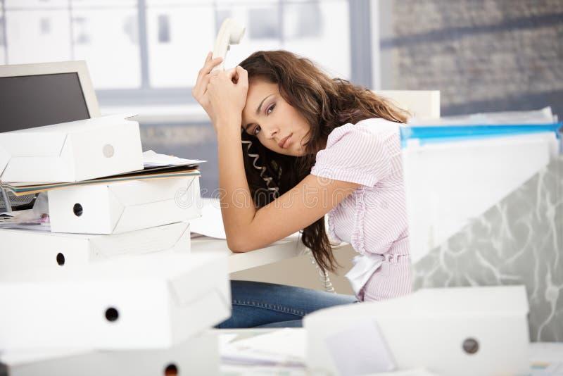 Trabalhador de escritório atrativo alimentado acima com trabalho imagens de stock royalty free