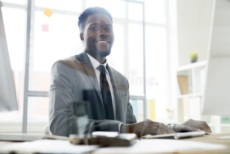 Trabalhador de escritório bem sucedido fotografia de stock royalty free