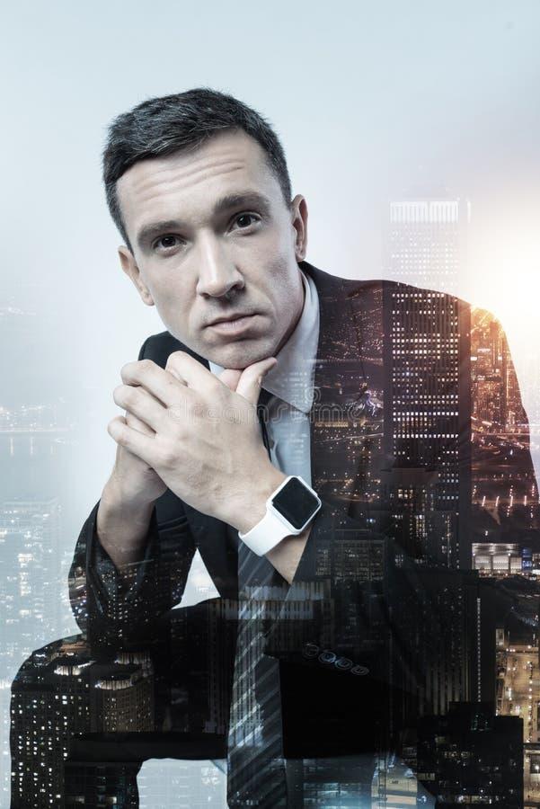 Trabalhador de escritório cansado que jura o relógio esperto imagem de stock