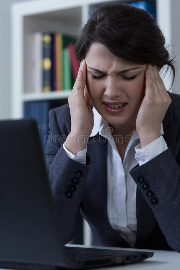 Trabalhador de escritório com cefalalgia imagens de stock royalty free