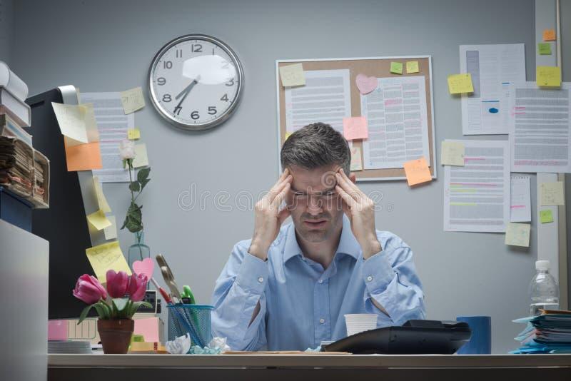 Trabalhador de escritório com dor de cabeça imagens de stock