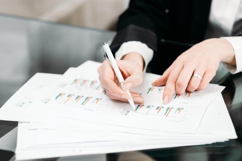 Trabalhador de escritório da análise de dados do documento do negócio imagens de stock