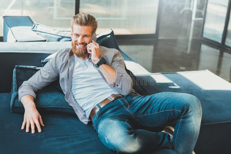 Trabalhador de escritório de sorriso divertido no descanso do departamento imagens de stock royalty free