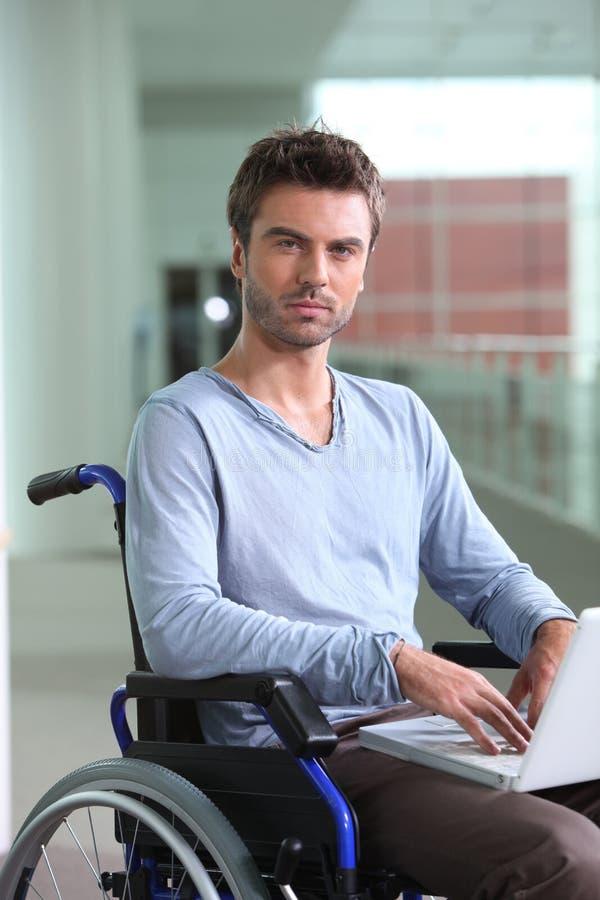 Trabalhador de escritório em uma cadeira de rodas fotografia de stock royalty free