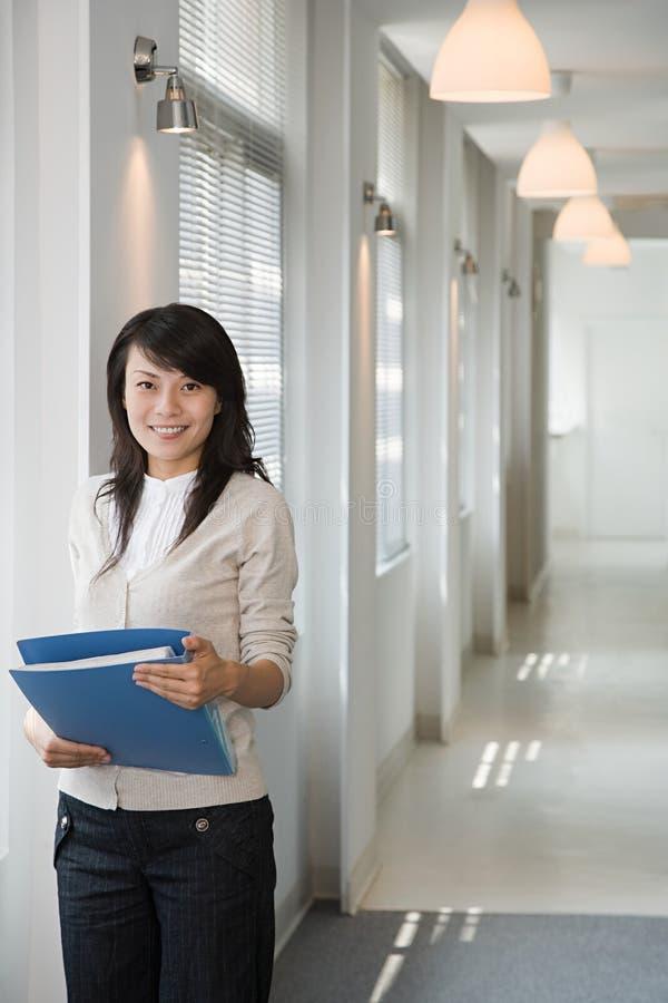 Trabalhador de escritório fêmea imagens de stock