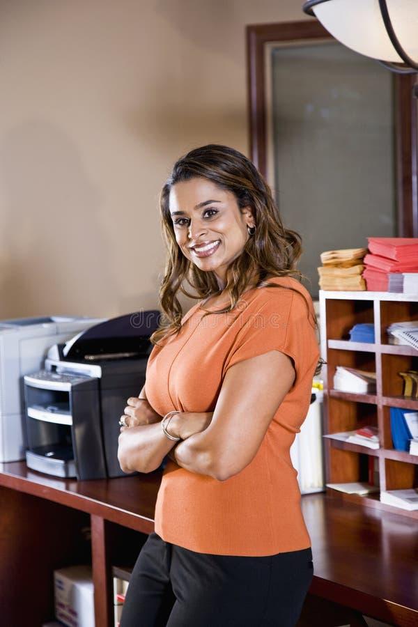 Trabalhador de escritório fêmea, afiliação étnica indiana foto de stock royalty free