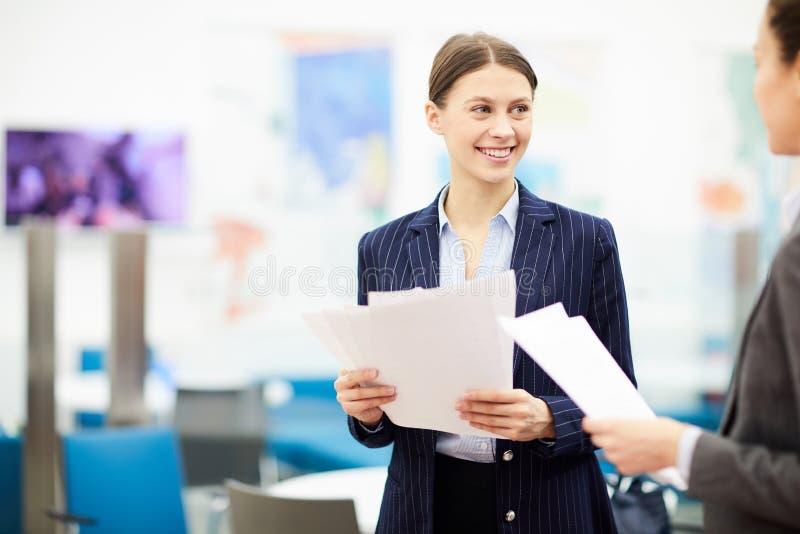 Trabalhador de escritório fêmea imagens de stock royalty free
