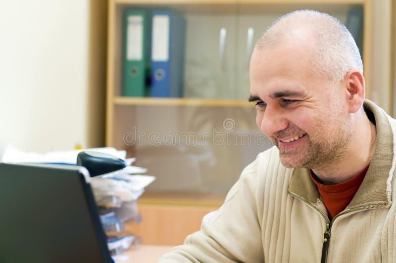Trabalhador de escritório feliz imagem de stock