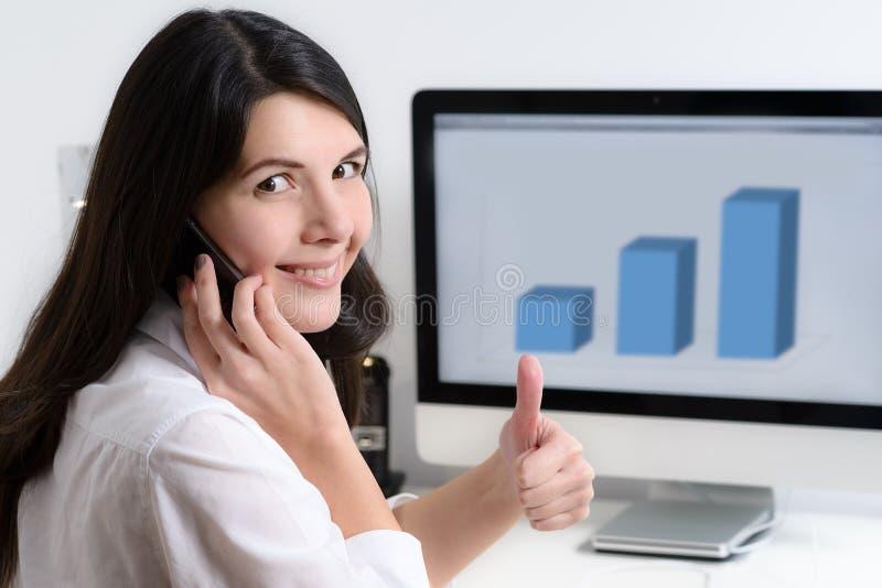 Trabalhador de escritório feliz que senta-se na mesa fotografia de stock