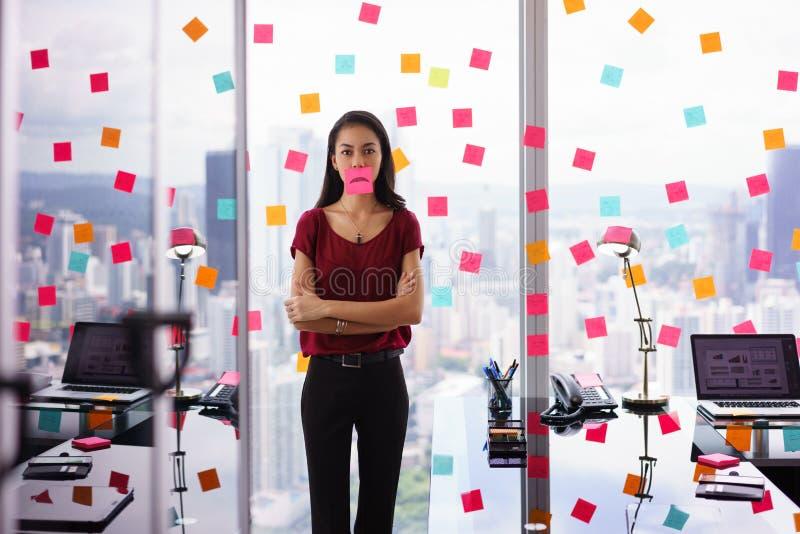 Trabalhador de escritório frustrante com o Emoticon triste na boca fotos de stock royalty free