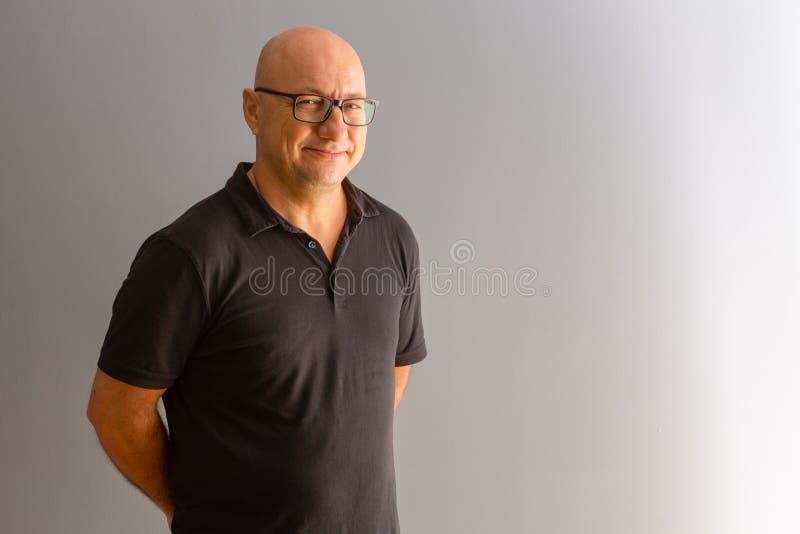 Trabalhador de escritório ocasionalmente vestido que sorri na câmera fotografia de stock royalty free